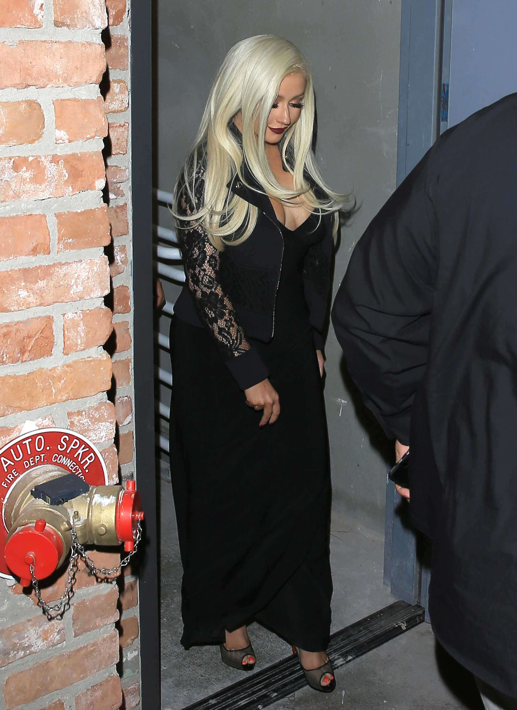 Christina_Aguilera_-_leaving_a_Club_in_Los_Angeles_on_April_25-04.jpg