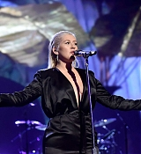 Christina_Aguilera_-_2017_American_Music_Awards_5BPerformance5D_-_November_19-02.jpg