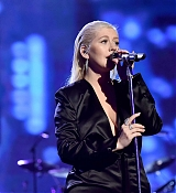 Christina_Aguilera_-_2017_American_Music_Awards_5BPerformance5D_-_November_19-08.jpg