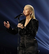 Christina_Aguilera_-_2017_American_Music_Awards_5BPerformance5D_-_November_19-29.jpg