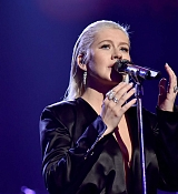 Christina_Aguilera_-_2017_American_Music_Awards_5BPerformance5D_-_November_19-42.jpg