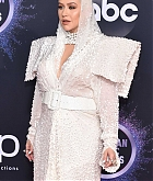 Christina_Aguilera_-_2019_American_Music_Awards_at_Microsoft_Theater_on_November_242C_2019-03.jpg