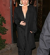 Christina_Aguilera_-_Arrives_at_Craig_s_in_West_Hollywood2C_CA_on_January_24-07.jpg