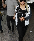 Christina_Aguilera_-_At_LAX_Airport_in_Los_Angeles_on_September_3-03.jpg