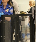 Christina_Aguilera_-_At_LAX_Airport_in_Los_Angeles_on_September_3-07.jpg