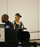 Christina_Aguilera_-_At_LAX_Airport_in_Los_Angeles_on_September_3-20.jpg