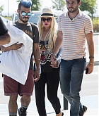 Christina_Aguilera_-_At_Paphos_Airport_in_Cyprus_on_September_7-04.jpg