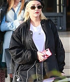 Christina_Aguilera_-_Christmas_shopping_in_Beverly_Hills_on_December_23-05.jpg