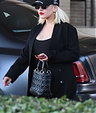 Christina_Aguilera_-_shopping_in_Beverly_Hills_120818-12.jpg